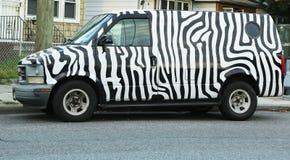 斑马被绘的GMC徒步旅行队搬运车 库存图片