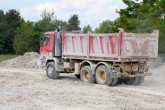 翻斗车在猎物的Tatra工作 库存照片