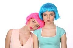 斜倚在她的朋友的假发的女孩 关闭 奶油被装载的饼干 库存图片
