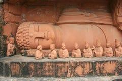 斜倚的中国人菩萨雕象在深圳 库存图片