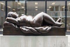 斜倚的妇女雕象福纳多・ Botero 库存图片