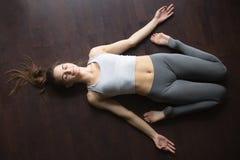 斜倚的英雄瑜伽姿势顶视图  免版税库存照片