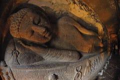 斜倚的菩萨在阿旖陀石窟,印度 免版税库存图片