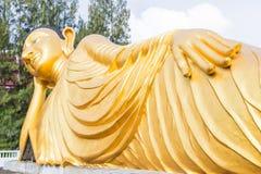 斜倚的菩萨金雕象在普吉岛,泰国 库存照片