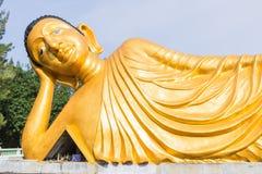 斜倚的菩萨金雕象在普吉岛 免版税图库摄影