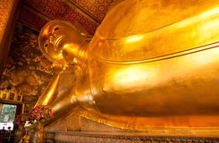斜倚的菩萨金雕象的看法在著名Wat Pho寺庙里面的 免版税图库摄影