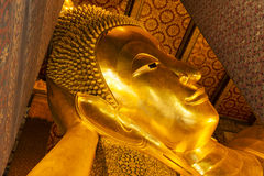 斜倚的菩萨金雕象面孔。Wat Pho,曼谷,泰国 库存照片