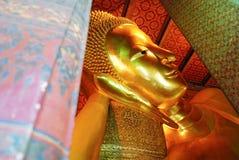 斜倚的菩萨金雕象面孔 库存照片