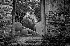 斜倚的菩萨雕象通过窗口在阿尤特拉利夫雷斯 免版税库存图片