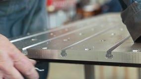 斜切去除的男性手在制造的cnc机械金属细节颤动小舌有刮板的 股票视频