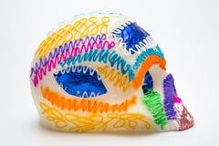 斜向一边墨西哥人Calaverita de azucar糖果头骨原始的传统边 库存图片