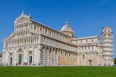 斜塔和比萨大教堂在一个夏日在比萨,意大利 免版税库存照片