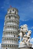斜塔和比萨大教堂在一个明亮的晴天在比萨, 免版税库存照片