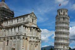 斜塔和比萨大教堂在一个明亮的晴天在比萨, 库存图片