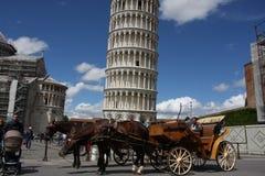 斜塔和比萨大教堂在一个明亮的晴天在比萨, 免版税图库摄影