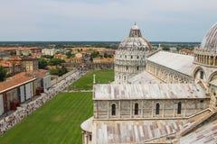 从斜塔的看法到圣约翰大教堂和Baptisery  免版税图库摄影