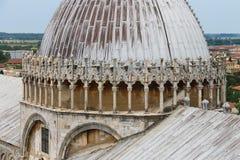 从斜塔的看法到大教堂在比萨,意大利 库存图片