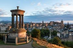 斜纹呢衬是可能防御大教堂dugald爱丁堡留下的giles小山纪念碑pentland权利被看见的地平线st斯图尔特冠上 免版税图库摄影