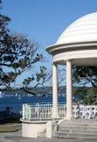 斜纹呢衬海滩圆形建筑的悉尼 库存图片