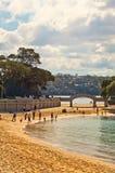 斜纹呢衬海滩,悉尼 免版税库存照片