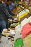 斟酌土耳其快乐糖的供营商在埃及香料义卖市场,伊斯坦布尔 免版税库存照片