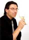 斟酒服务员品尝师酒 库存照片