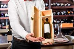 斟酒服务员在葡萄酒库里 库存照片