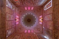 斡旋与花卉样式装饰的装饰的圆顶华丽天花板在Khayer贝克陵墓,开罗,埃及 库存照片