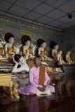 斡旋在寺庙的佛教尼姑在缅甸 库存照片