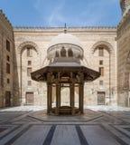 斡旋阿尔苏丹Al查希尔Barquq清真寺,开罗,埃及的庭院洗净液喷泉 免版税图库摄影