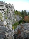 断层块石头墙壁离开为hori的木南乌拉尔 免版税图库摄影