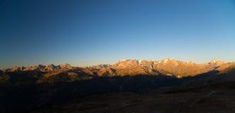 断层块des Ecrins的庄严峰顶4101有冰川的m国家公园,在法国,日出的 清楚的天空,秋天col 库存图片