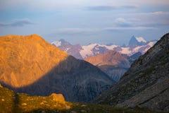 断层块des Ecrins 4101 m,法国 在日出、庄严峰顶和冰川,剧烈的风景的五颜六色的天空 免版税库存照片