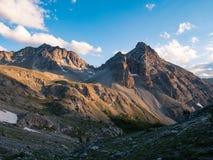 断层块des Ecrins 4101 m,法国 在日出、庄严峰顶和冰川,剧烈的风景的五颜六色的天空 免版税库存图片