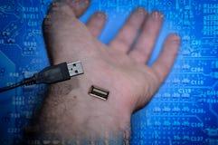 断开,从USB起重器拔去的人的手 免版税库存照片