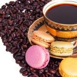 断裂时间:法国蛋白杏仁饼干和一杯咖啡 免版税库存照片