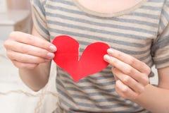 断裂红色心脏在手上 免版税库存图片
