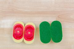 断送与快和容易的替换物夹子o的洗涤的耐用海绵 免版税库存图片