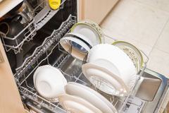 断送充分的洗碗机 免版税库存图片