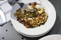 断送用被烘烤的切得很细的土豆圆白菜葱和carro 免版税库存照片
