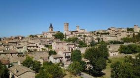 斯佩洛,一最美丽的小镇在意大利 村庄的寄生虫鸟瞰图 影视素材