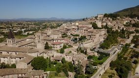 斯佩洛,一最美丽的小镇在意大利 村庄的寄生虫鸟瞰图 股票视频