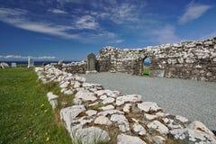 斯凯岛,苏格兰- Trumpan教会和海洋废墟小岛有墓石的在背景中 免版税库存图片