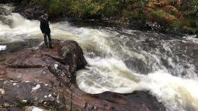 斯凯岛-苏格兰的快速流动的水的小岛 股票录像