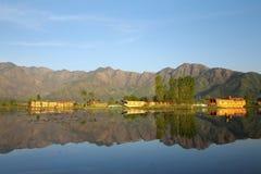斯利那加,查谟和克什米尔,印度2017年4月:美好的风景在Dal湖 免版税库存图片