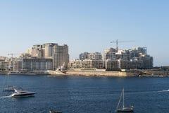 斯利马,马耳他- 2016年8月02日:在Tigne沿海岸区的现代斯利马地平线 免版税图库摄影