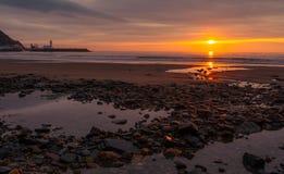斯卡巴勒南海滩春天日出 库存照片