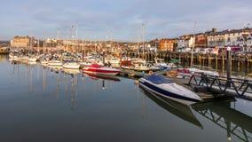 斯卡巴勒,北部Yorkshire/UK - 04 07 2018年:小船和游艇在斯卡巴勒港口 库存照片