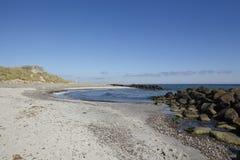 斯卡恩(丹麦) -与二战地堡的沿海线  免版税库存图片