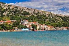 巴斯卡江边亚得里亚海的镇  免版税库存图片